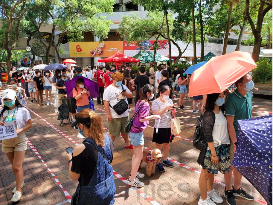 7月12日,市民在大埔廣場等待參與民主派初選投票。排隊人士均戴口罩,保持一定距離。(宋碧龍/大紀元)
