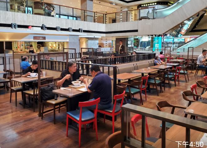今天(7月17日)收緊「限聚令」後的本港食肆,空空如也。(宋碧龍 / 大紀元)