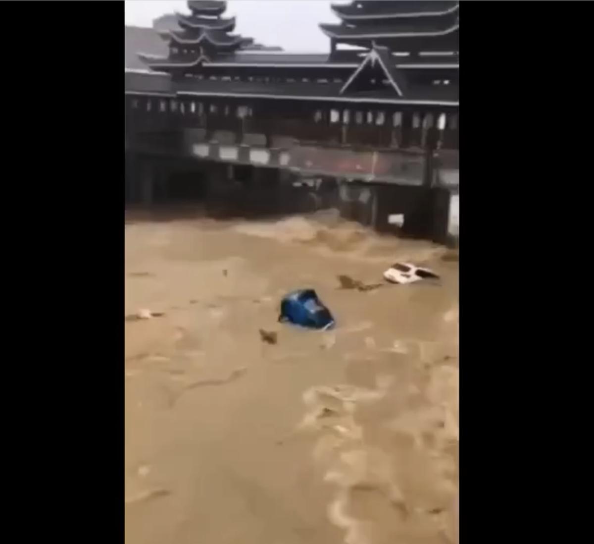 超大的洪水把汽車像小船一樣沖走。(推特截圖)