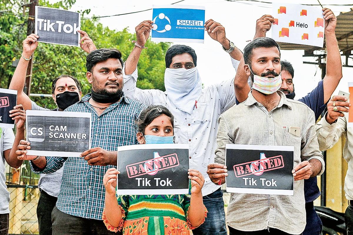 6月30日,在印度新德里,遊行示威者舉著標語牌敦促民眾刪除中國應用程序TikTok等,並停止使用中國產品。(Getty Images)