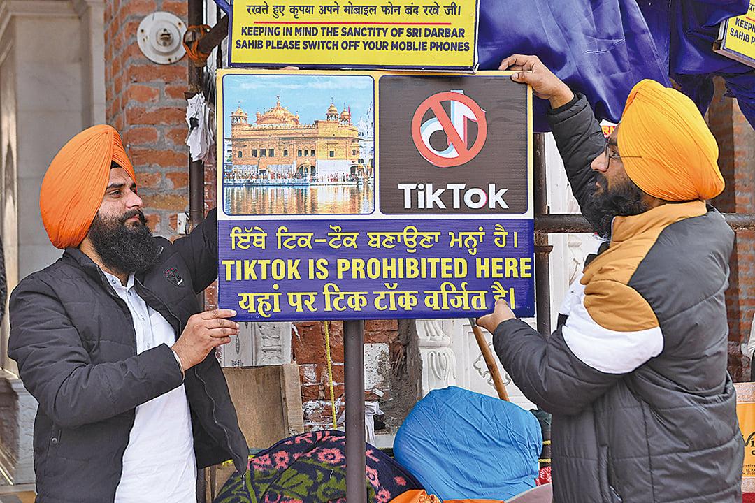 圖為印度人禁用TikTok的標語牌。(AFP)