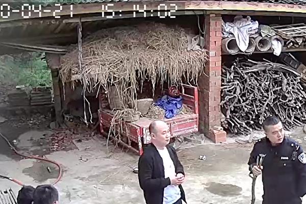 2020年4月21日,下午3點左右,3名成都邛崍市孔明派出所的警察闖入詹華家中,沒收了他的手機,將他抓到孔明派出所,在這期間,警察沒有告知抓他的理由,也沒有出示任何抓捕公文。(受訪人提供)