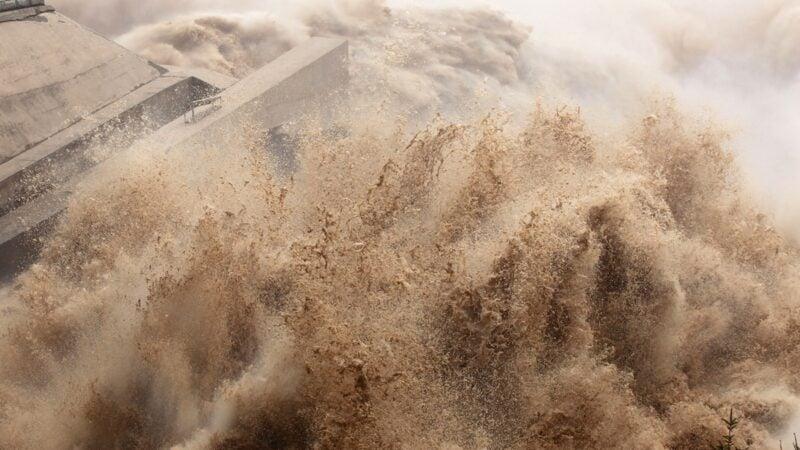 宣佈長江3號洪水形成,驚人水量滾滾而來之際,27日,三峽大壩上游再次爆發地震。示意圖(STR/AFP via Getty Images)