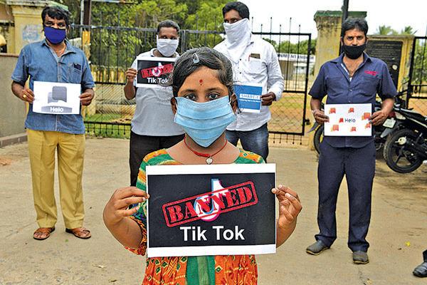 6月30日,印度「城市青年組織」成員支持政府禁止抖音等中國App的行動。(Getty Images)