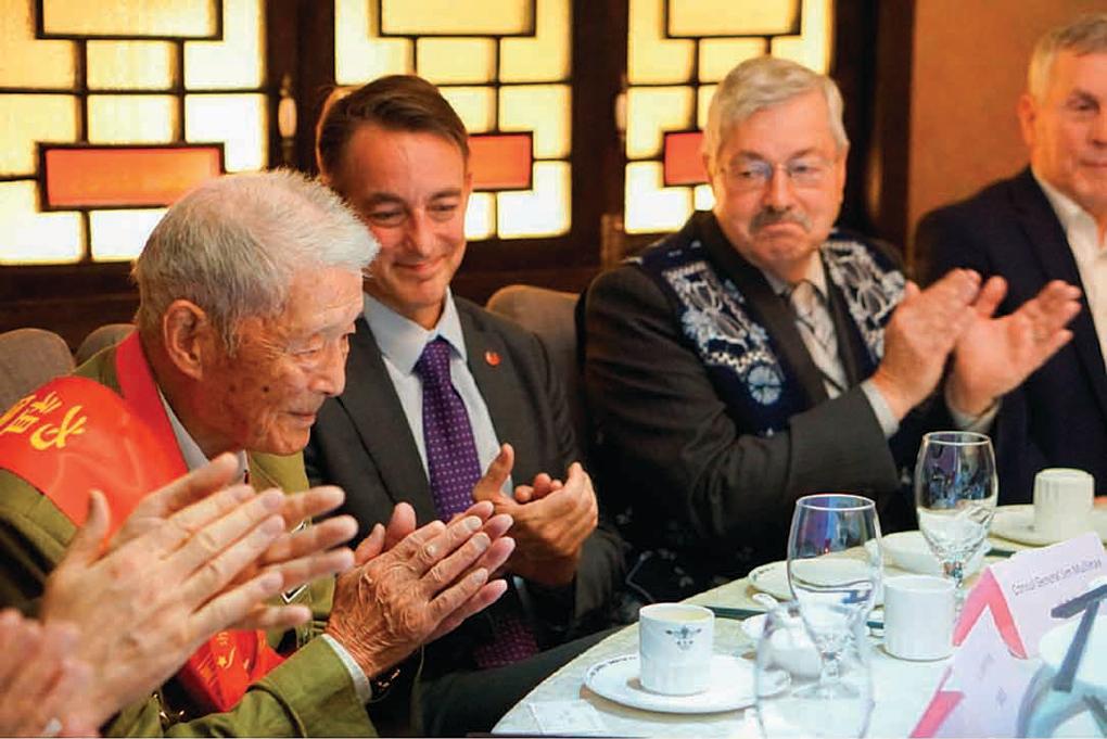 美國駐成都總領事林傑偉發文表達不捨,並附上2018年6月,他(左二)、美國駐華大使布蘭斯塔德(左三)與雲南最後一名飛虎隊員陸建航(左一)會面的照片。陸建航於今年5月去世,享年95歲。(美國駐華使館推特)