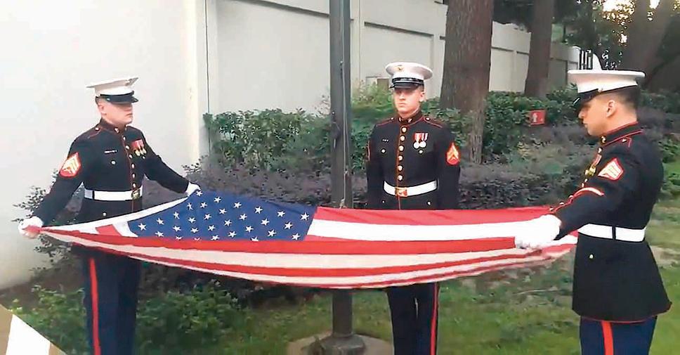 與中共駐侯斯頓總領館閉館的降旗儀式「不敢見光」不同,美國駐成都總領館的降旗儀式則是由美駐華大使館公開發佈。