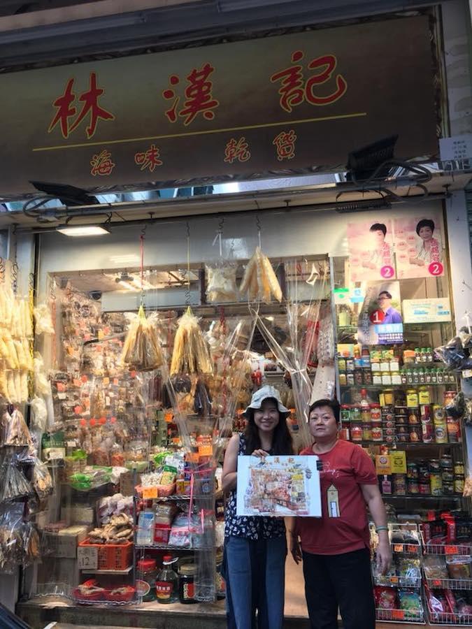 慧惠與林漢記的老闆娘林太(右)因繪畫結緣,如今是老顧客,也是好朋友。(受訪者提供)
