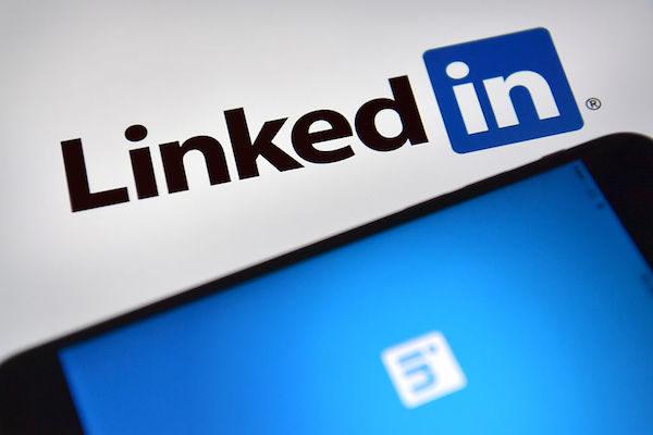 楊還利用一家著名的職業網站(即「領英」LinkedIn),尋找個人簡歷和有可能接觸到有價值非公開信息的職業人。(Carl Court/Getty Images)