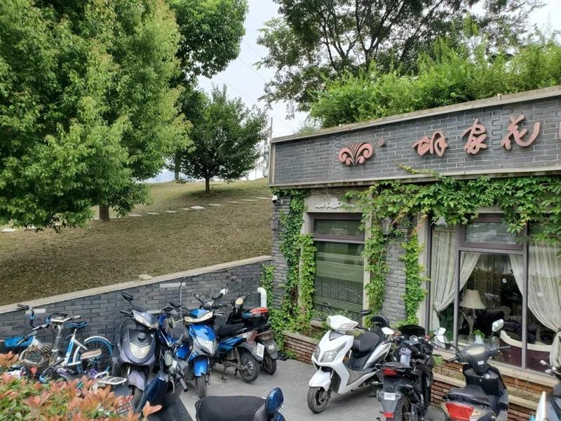 長江洪水告急 防洪堤「肚子」裏開餐廳 網上一片譁然
