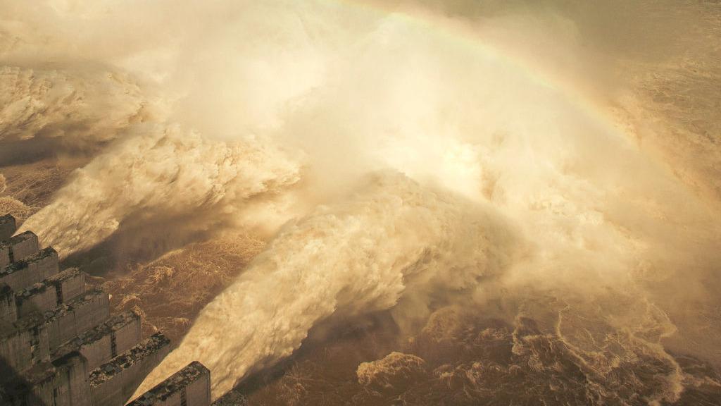 長江第3號洪峰2020年7月28日灌入三峽庫區,當局洩洪造成安徽數十萬人被迫遠走他鄉。(STR/AFP via Getty Images)