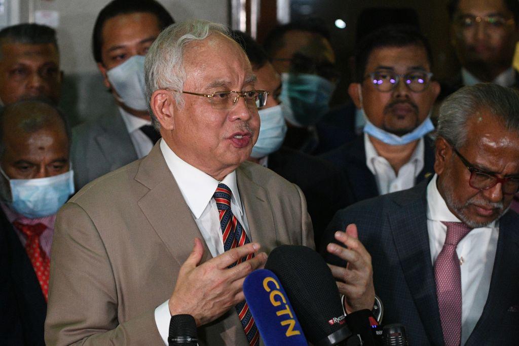 2020年7月28日,馬來西亞前首相納吉在吉隆坡被判有罪後,對媒體發表講話。(MOHD RASFAN/AFP via Getty Images)