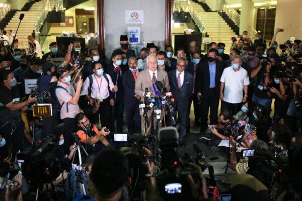 2020年7月28日,馬來西亞前首相納吉布(中)在吉隆坡被判有罪後,對媒體發表講話。(MOHD RASFAN/AFP via Getty Images)