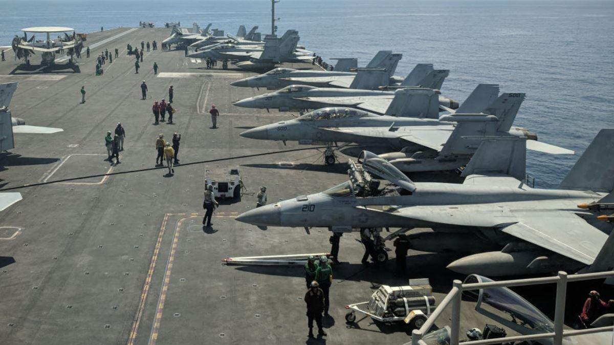 圖為美國羅納德・列根(CVN-76)號航空母艦上停放的美國海軍F/A-18超級黃蜂多用途戰鬥機和EA-18G咆哮者電子戰飛機等軍機。(CATHERINE LAI/AFP via Getty Images)