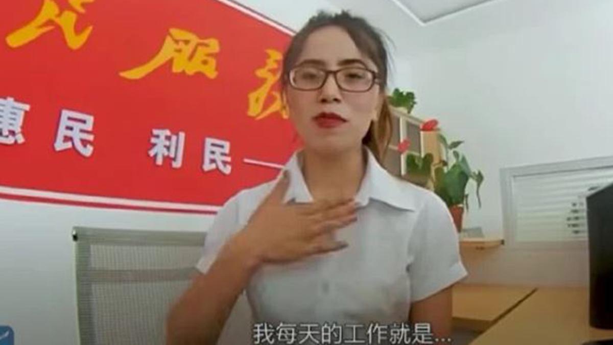 北京開始利用濃妝艷抹的美女參與中共的宣傳戰線。圖為新疆美女村幹部(影片截圖)