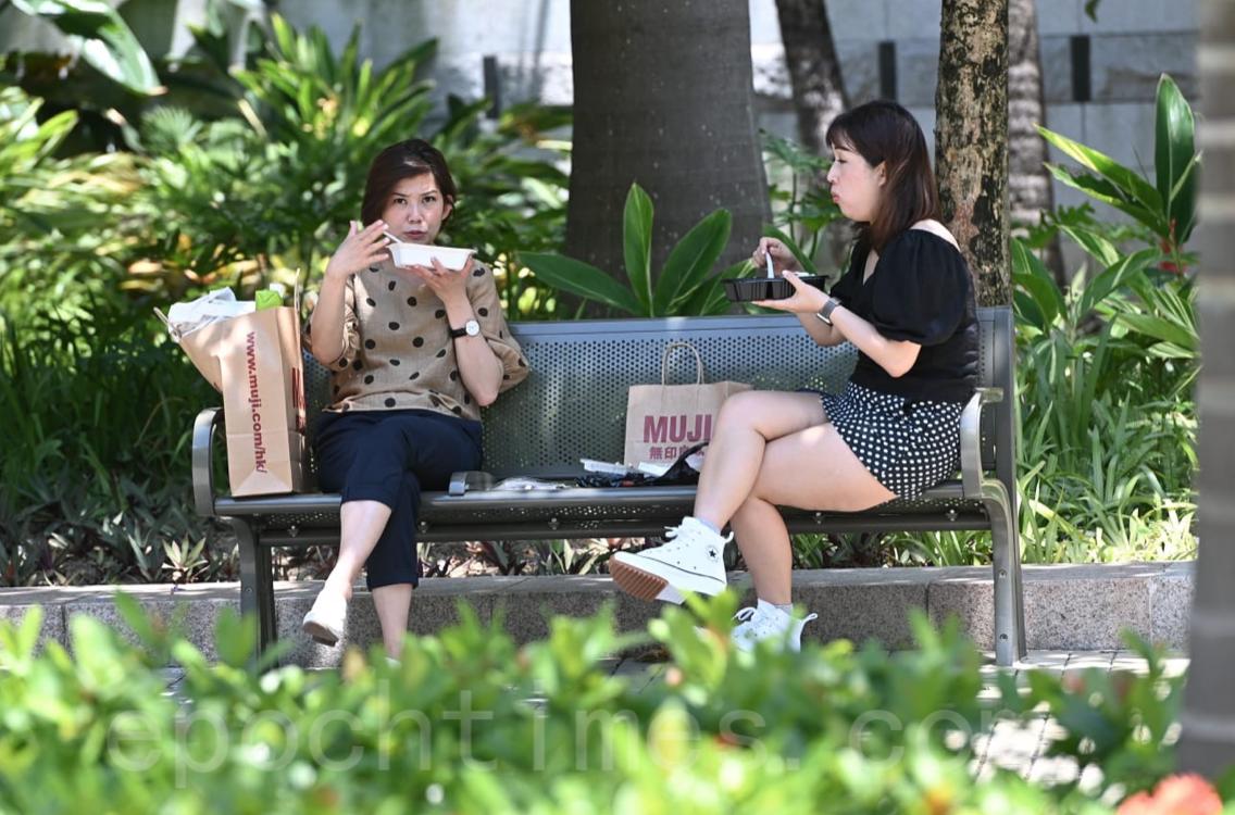 不少市民尋找空地和附近的公園吃飯。(宋碧龍/大紀元)