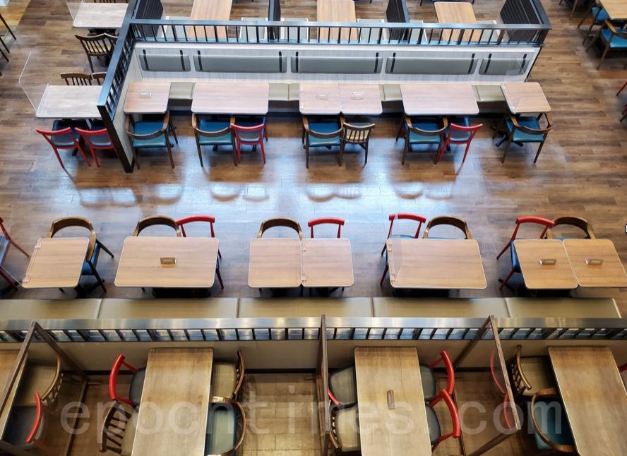 7月29日,全日「禁堂食」第一天,本港所有餐廳不能坐人,只能外賣。圖為金鐘餐廳。(宋碧龍/大紀元)