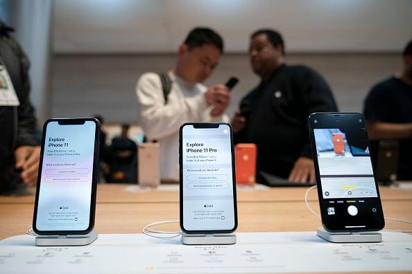 7月24日,印度通訊與資訊技術部長普拉薩發推宣佈,蘋果開始在印度生產旗艦機之一的iPhone 11。圖為iPhone 11去年9月在紐約第5大道的蘋果店開售。(Drew Angerer/Getty Images)