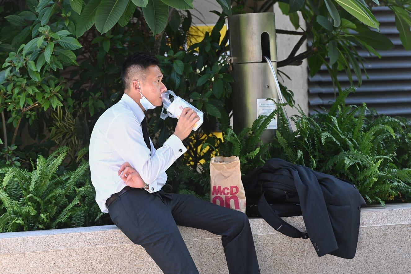 有市民在33度高溫下坐在公園吃午餐。(宋碧龍 / 大紀元)