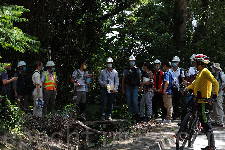 大批地政總署及其它政府部門、服務承辦商人員早上到橫洲三村展開收地工作。(陳仲明/大紀元)
