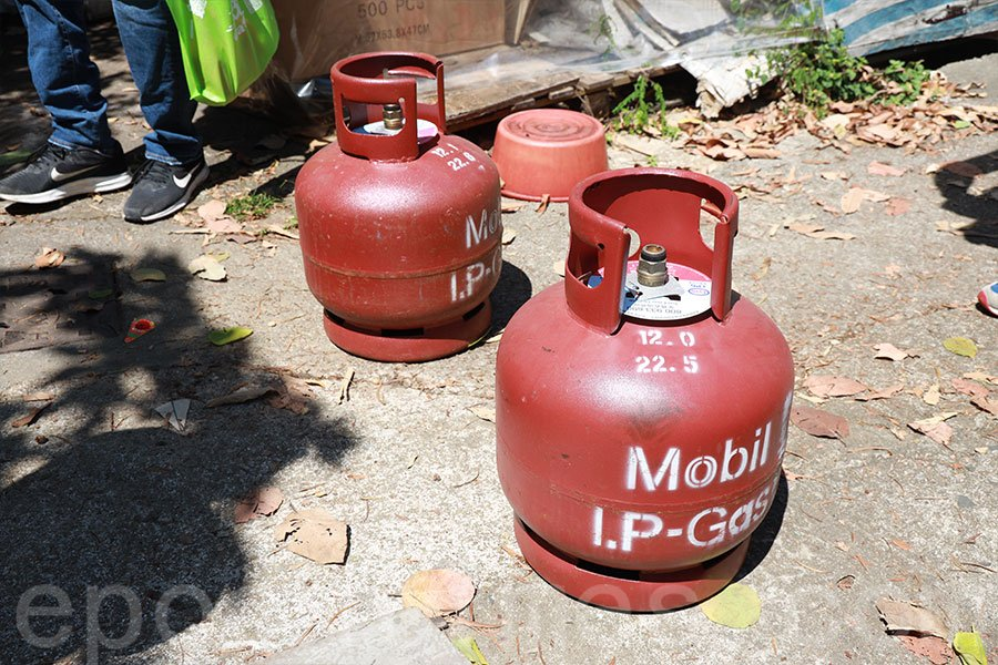 楊屋新村有村民將兩個石油氣罐放置於村前通道上,揚言不容許政府人員入內。(陳仲明/大紀元)