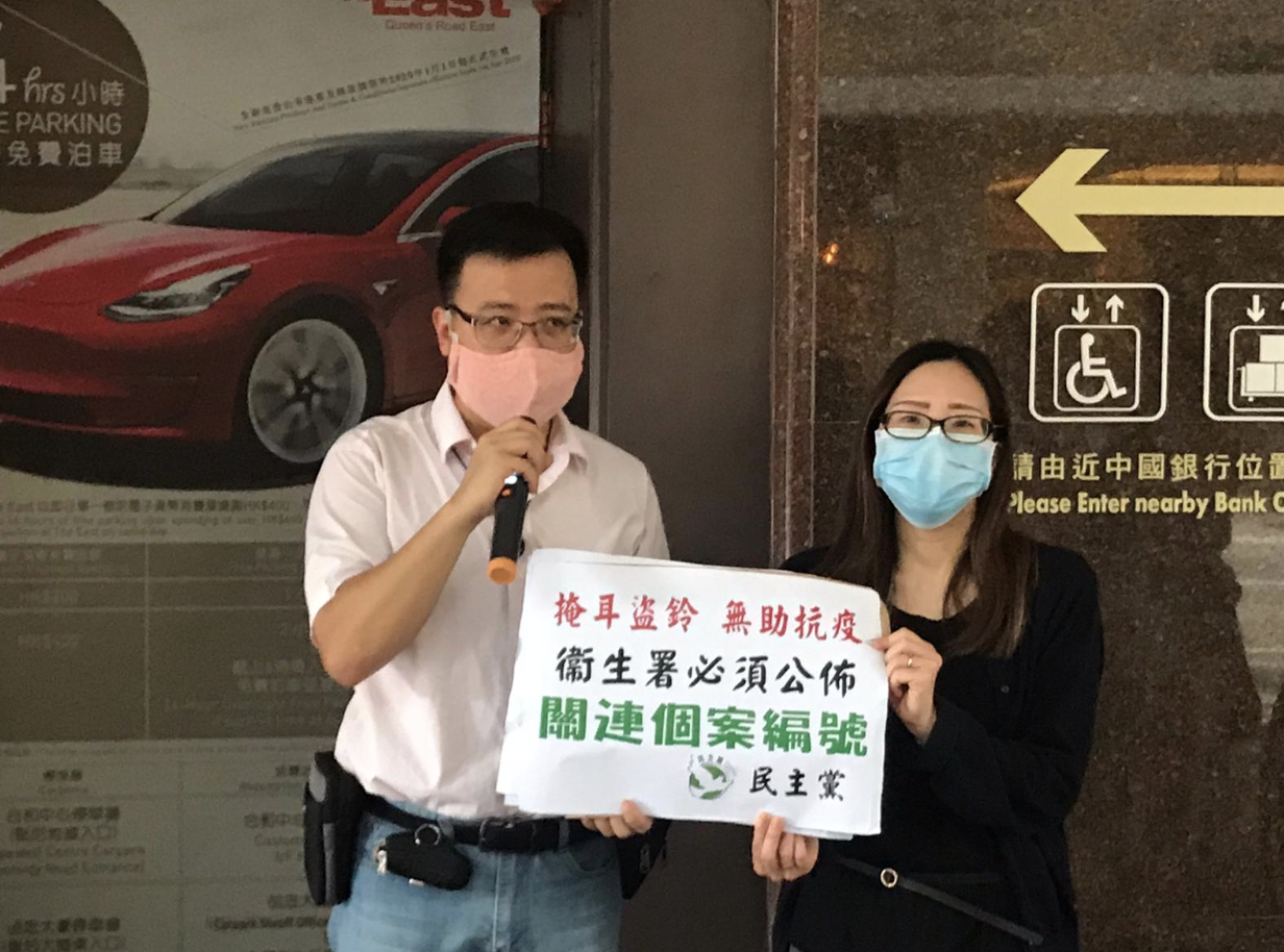 九龍城區議員任國棟向衛生署遞交請願信。(張旭顏/大紀元)