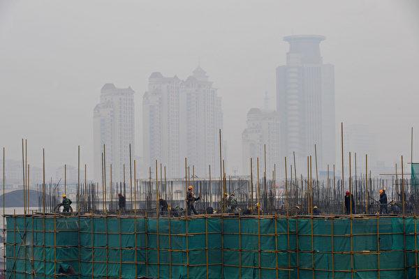 儘管經濟持續衰退,中國一些特大城市的房地產熱已重新開始升溫,所帶來的樓市泡沫,被認為造成的長期破壞性堪比瞬間崩盤。圖為中國大陸某建築工地。(Feng Li/Getty Images)
