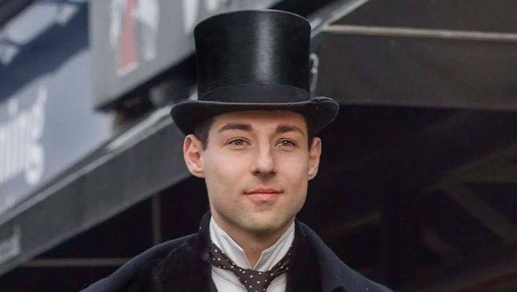 英國一名24歲藝術家酷愛維多利亞時代的穿著,過著像19世紀末、20世紀初那時的生活。(取自IG)