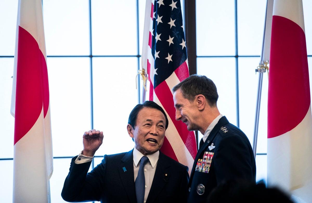 7月29日,駐日美軍司令凱文施耐德(Kevin Schneider)表示,美方將助日本監控東中國海諸島遭中方船隻的「侵入」;並指,中共是地區安全的「頭號挑戰」。圖為日本副首相麻生太郎(左)與日本駐日美軍司令官施耐德中將(R)。(BEHROUZ MEHRI/POOL/AFP via Getty Images)