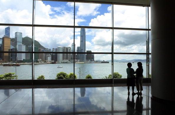 隨著香港國際金融中心地位被侵蝕,不少人對前景表示擔憂,寧願放棄高薪移民外國。圖中從九龍遙望港島IFC。 (RICHARD A. BROOKS/AFP via Getty Images)