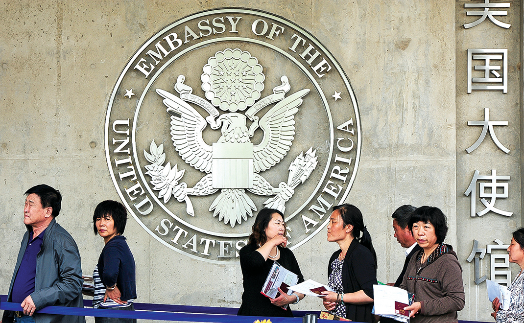 中國公民在美國駐北京大使館前排隊申請簽證。(MARK RALSTON/AFP/GettyImages)