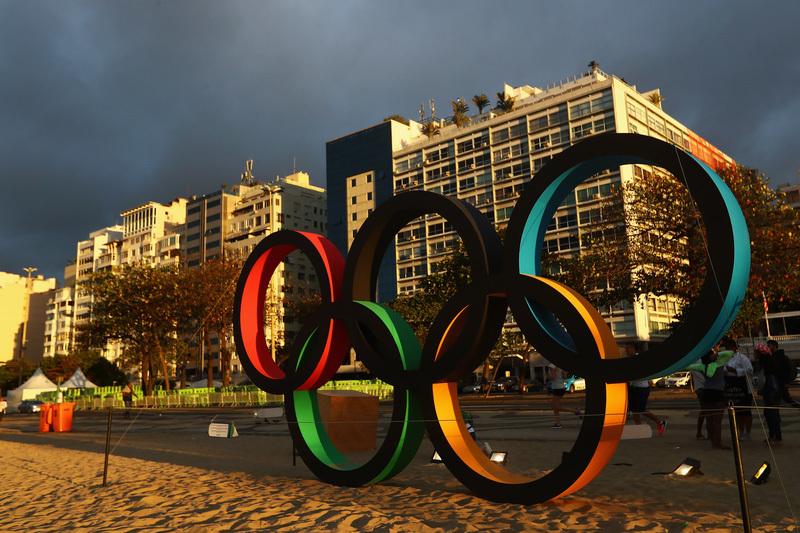 里約熱內盧科巴卡巴納海灘上的奧運五環。(Dean Mouhtaropoulos/Getty Images)