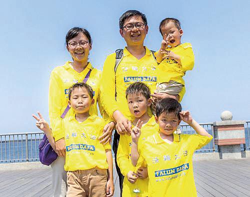 大圖:謝蕙如和丈夫、四個兒子及母親(右)一起觀賞神韻藝術團2019年在台灣的巡迴演出。小圖:謝蕙如和丈夫、四個兒子參加法輪大法日活動,謝師恩。