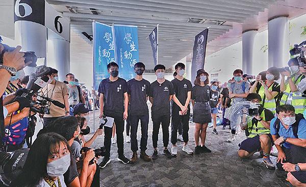 「學生動源」申請於九龍區舉辦遊行遭警方反對,6月7日與「香港思流」在原訂遊行起點尖沙咀碼頭擺街站。(宋碧龍/大紀元)