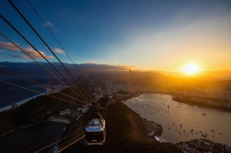 里約熱內盧奧庫卡山和博塔弗戈海灘觀日落。(Buda Mendes/Getty Images)