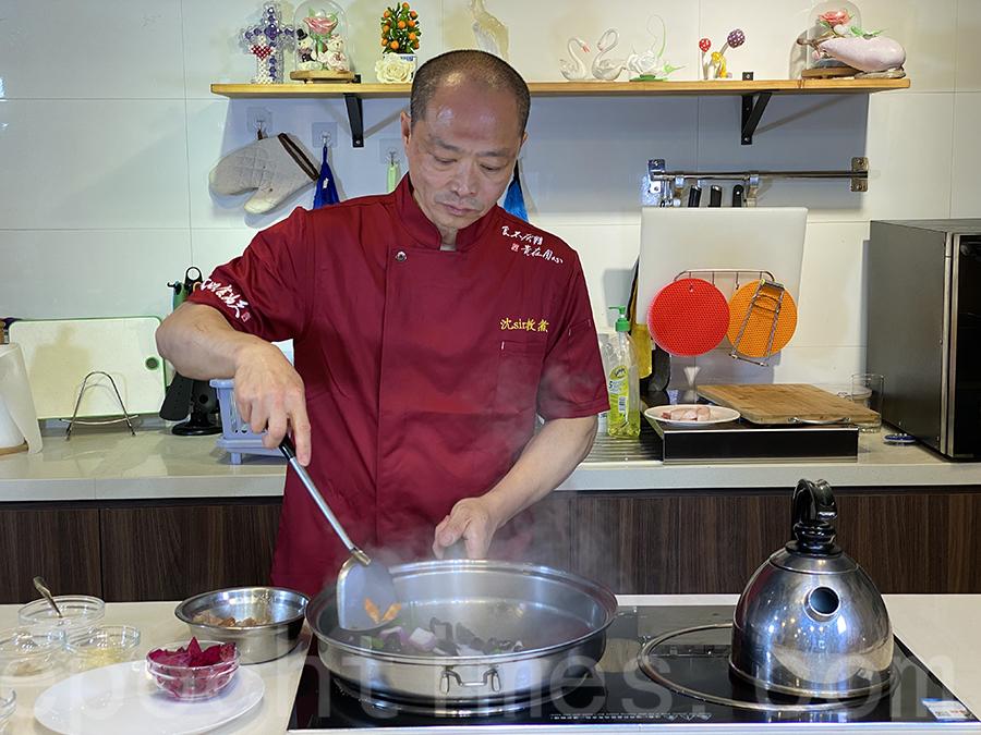 沈Sir在煮食的過程中找到了樂趣,決定開班授徒,以廚會友。(陳仲明/大紀元)