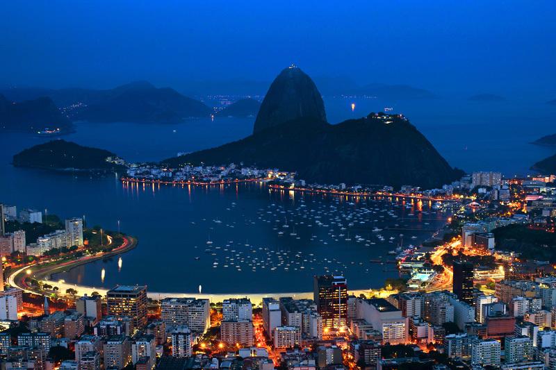 巴西里約熱內盧瓜納巴拉海灣夜色。(CHRISTOPHE SIMON/AFP)