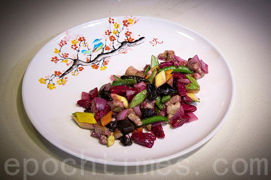 夏日菜餚「火龍果翠瓜炒韓國黑毛豬」。(陳仲明/大紀元)
