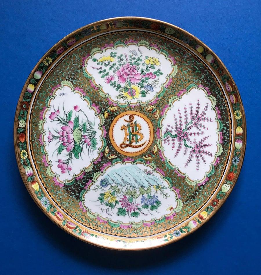 廣彩作品在清代中期出現的廣彩,在白瓷上繪製紋飾,內容豐富、筆觸細膩。圖為本地廣彩藝術家何廖綺玲作品。(何廖綺玲提供)
