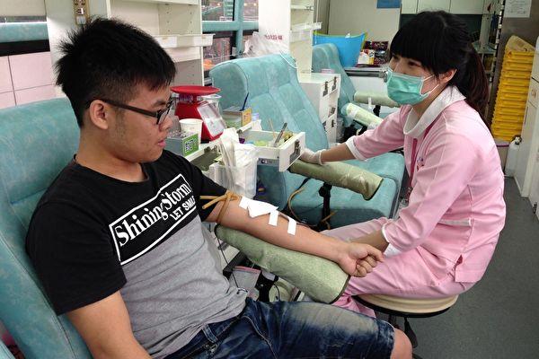 本港疫情嚴峻,加上早前有中共肺炎確診者捐血,近期捐血人數暴跌近半。紅十字會指,現時血庫存量相當低,只剩大約三至四日用量。(蔡上海/大紀元)