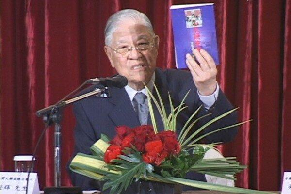 2005年李登輝先生在記者會上向在場人士介紹引發百萬退黨大潮的《九評共產黨》一書。(新唐人提供)