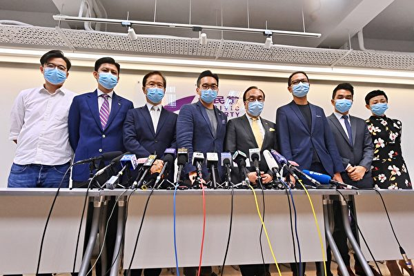 7月30日,公民黨4位參選人郭家麒(左三)、楊岳橋(左四)、郭榮鏗(右三)及鄭達鴻(右二),被當局取消參選資格。(宋碧龍/大紀元)