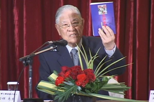 圖為李登輝先生生前向記者介紹當時已引發百萬人退黨大潮的《九評共產黨》一書。(新唐人提供)