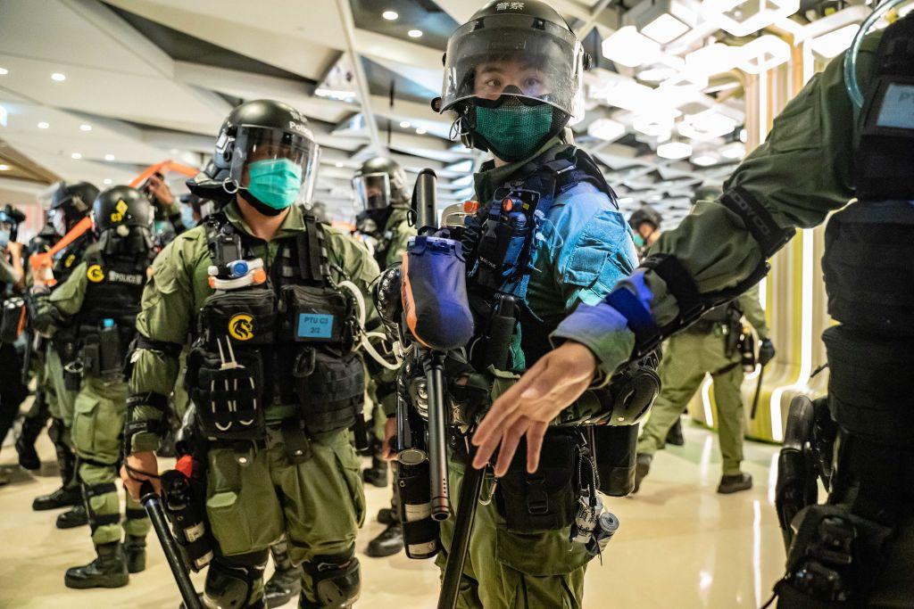 2020年7月21日,元朗暴民襲擊元朗地鐵站一周年,香港警察在一個購物中心內戒嚴。(Anthony Kwan/Getty Images)