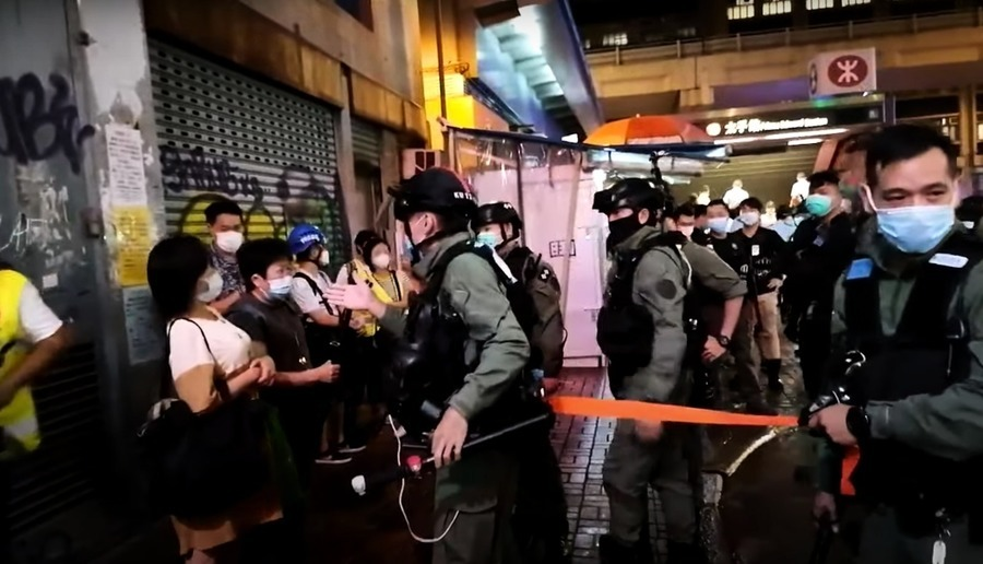 「831事件」11個月市民冒雨獻花  警方拘捕多人