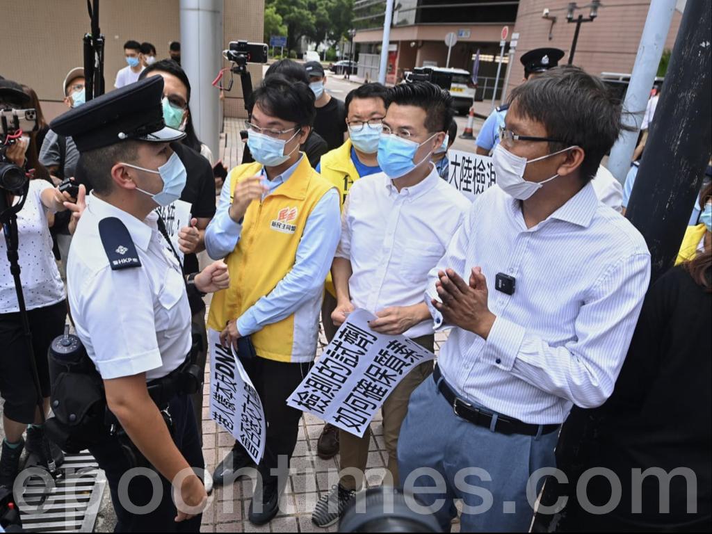 抗議期間,警方出面干預指參與集會的人士違反了2人限聚令。(宋碧龍 / 大紀元)