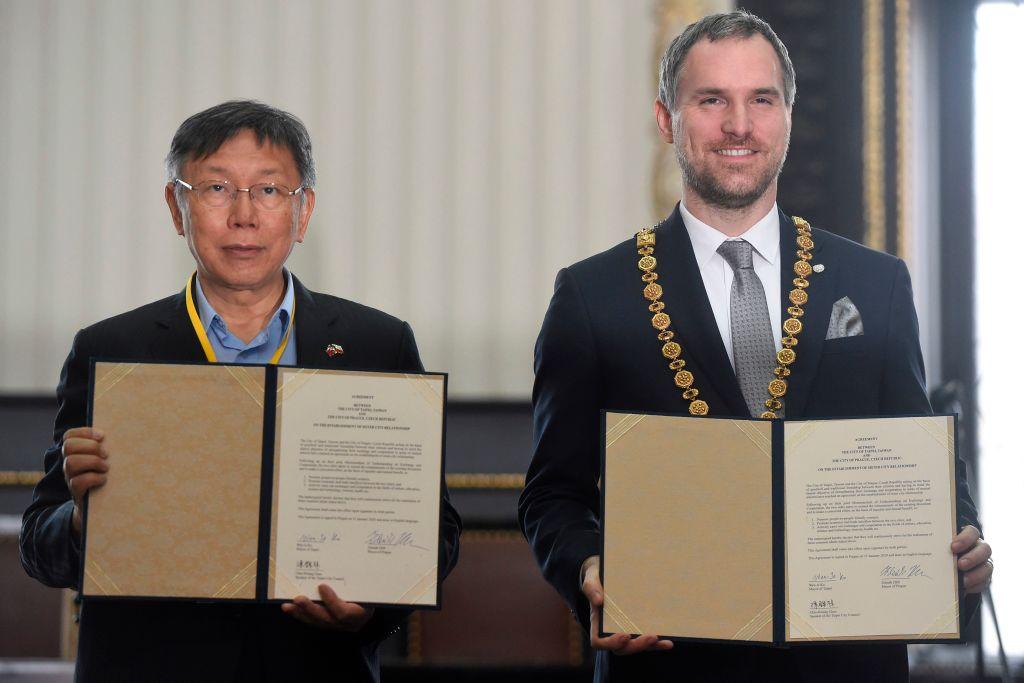 2020年1月,捷克首都布拉格市長賀吉普與台北市長柯文哲簽署貿易合作協議。 (MICHAL CIZEK/AFP via Getty Images)