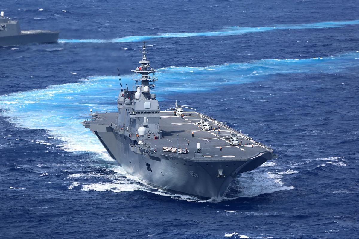 中美新冷戰事態升級,美國祭出三大圍剿策略,日本恢復成「帶刀武士」。圖為已改成準航母的日本出雲號2016年資料照。(Kaijō Jieitai/Wikimedia Commons)