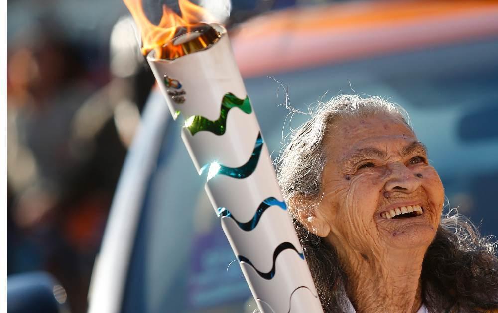 8月1日,奧運火炬抵達里約熱內盧州,火炬手竟然是三名超百歲的老太太,她們藉此國際體育盛事,分享長壽的秘訣。(Rio2016/Marcos de Paula)