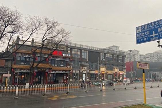 北京簋街是京城美食集中展示的一個絕好場所。但由於疫情衝擊所有餐飲店舖全部關門,只有一些小型超市開門。(大紀元)