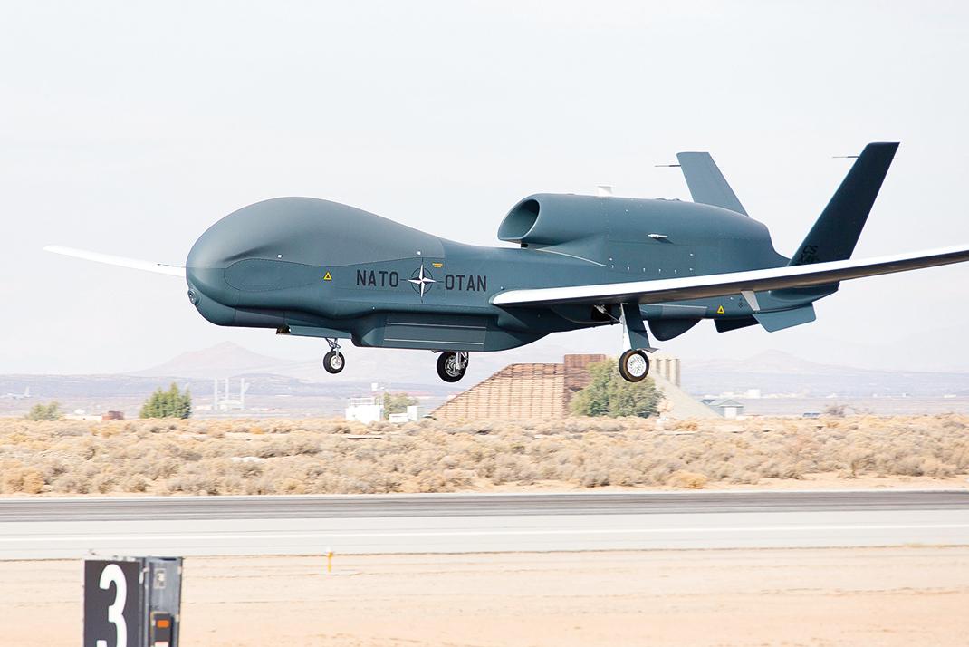 u北約的第4架RQ-4D,7月27日飛抵西西里島的西格內拉基地。(NATO)